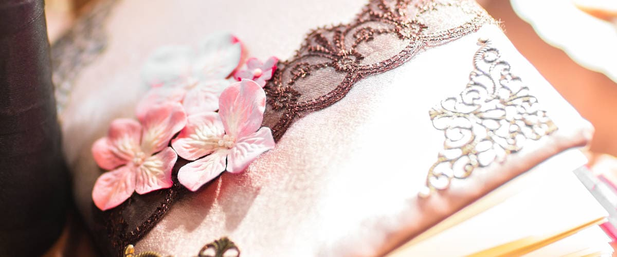 Co wpisać w księdze gości weselnych? – przykłady i inspiracje życzeń